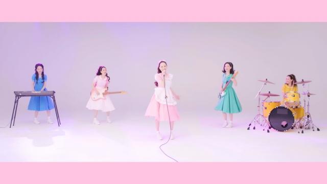 1984年のヒット曲をリアレンジ&セルフカバーした「時間の国のアリス」MVで1人8役のバンドに扮した松田聖子の画像