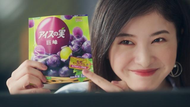 グリコ『アイスの実』新TVCMに出演する吉高由里子(右)と堀田真由(左)の画像