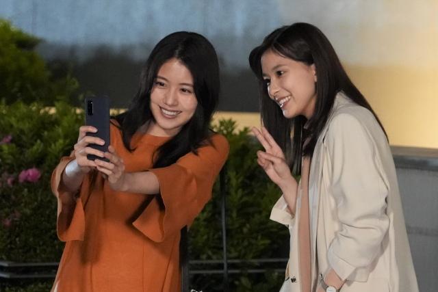 『コントが始まる』自撮りで2ショットする有村架純と芳根京子 (C)日本テレビの画像