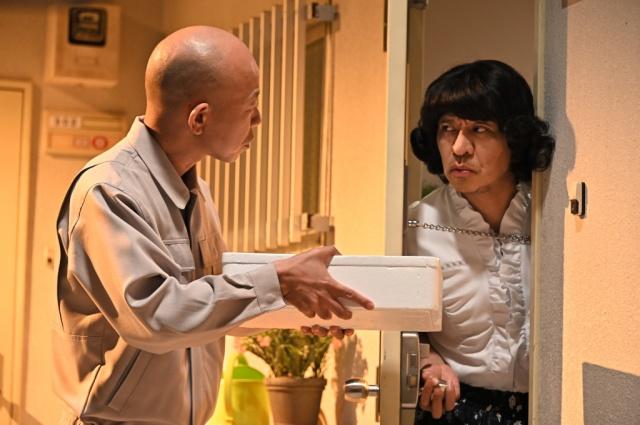 バイきんぐ・小峠(左)との2人コントを披露する松本人志 (C)TBSの画像