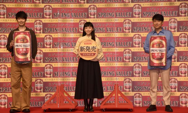 『「ビールはクラフトビールの時代へ」祝杯式』に参加した(左から)長谷川博己、麻生久美子、原田泰造 (C)ORICON NewS inc.の画像