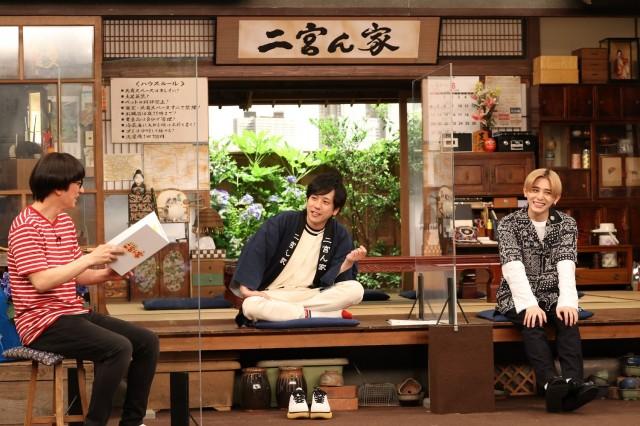12日放送『二宮ん家』に出演する(左から)柴田英嗣、二宮和也、山田涼介 (C)フジテレビの画像