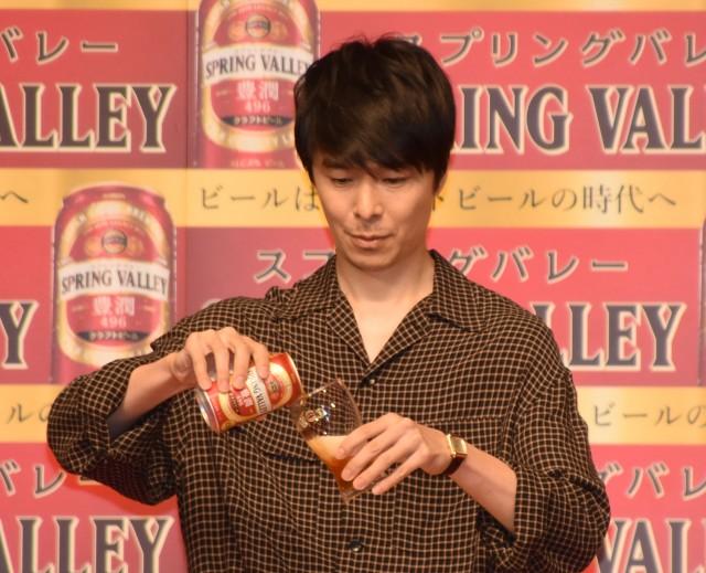ガチ過ぎるビールサーブを披露した長谷川博己 (C)ORICON NewS inc.の画像