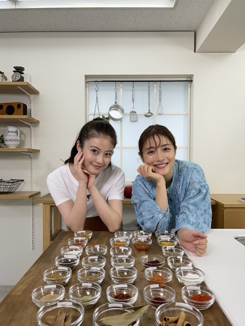 『1億3000万人のSHOWチャンネル』に出演する今田美桜、石原さとみ (C)日本テレビの画像