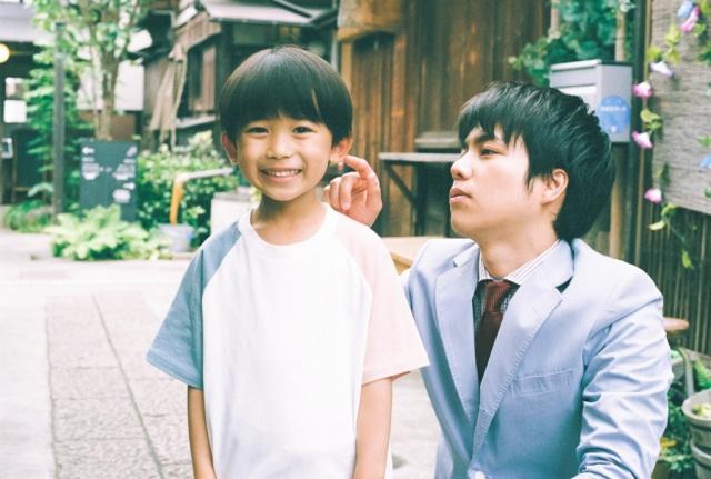 新金曜ドラマ『#家族募集します』で重岡大毅(ジャニーズWEST・右)と親子役を演じる佐藤遙灯(左) (C)TBSの画像