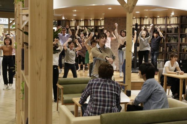 映画『ブルーヘブンを君に』(6月11日公開)エキストラ計1000人参加のダンスシーン(C)2020「ブルーヘブンを君に」製作委員会の画像