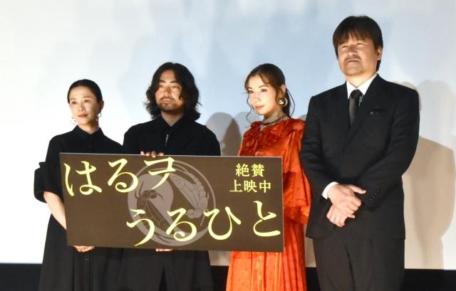 舞台あいさつで公開日が同じ別作品をPRした山田孝之(左から2番目) (C)ORICON NewS inc.の画像
