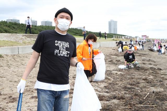 千原せいじ=吉本芸人たちが「幕張の浜」で清掃活動 (C)吉本興業の画像