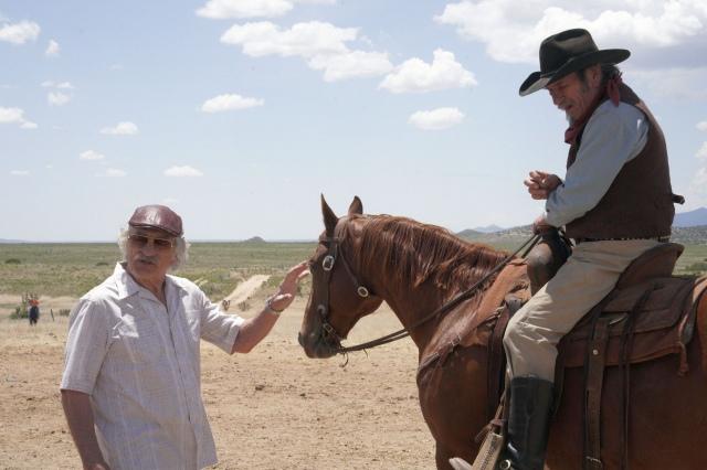 """映画『カムバック・トゥ・ハリウッド!!』(公開中)より。""""ニセ""""映画づくりがスタート (C) 2020 The Comeback Trail, LLC All rights Reservedの画像"""