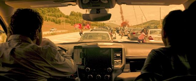 避難所へ急ぐ車中で、降り注ぐ隕石群に遭遇=映画『グリーンランド―地球最後の2日間―』(公開中) (C)2020 STX FINANCING, LLC. ALL RIGHTS RESERVED.の画像