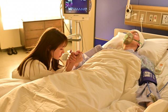 水曜ドラマ『恋はDeepに』に出演する(左から)石原さとみ、綾野剛 (C)日本テレビの画像