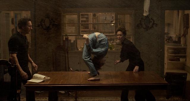映画『死霊館 悪魔のせいなら、無罪。』(10月1日公開)傑作ホラー映画『エクソシスト』のオマージュを感じさせる場面(C)2021 Warner Bros. Entertainment Inc. All Rights Reservedの画像