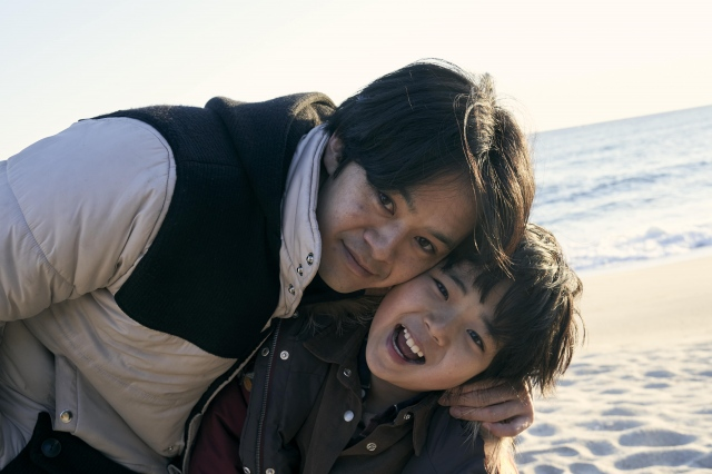 親子を演じた池松壮亮、佐藤凌=映画『アジアの天使』(7月2日公開)(C)2021 The Asian Angel Film Partnersの画像