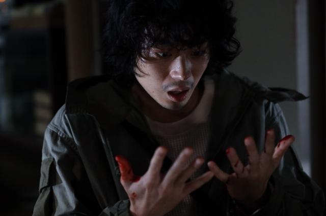 血にまみれた自分の手を見て驚く山城圭吾(菅田将暉)=映画『キャラクター』(6月11日公開)新たに解禁された場面写真 (C)2021映画「キャラクター」製作委員会の画像