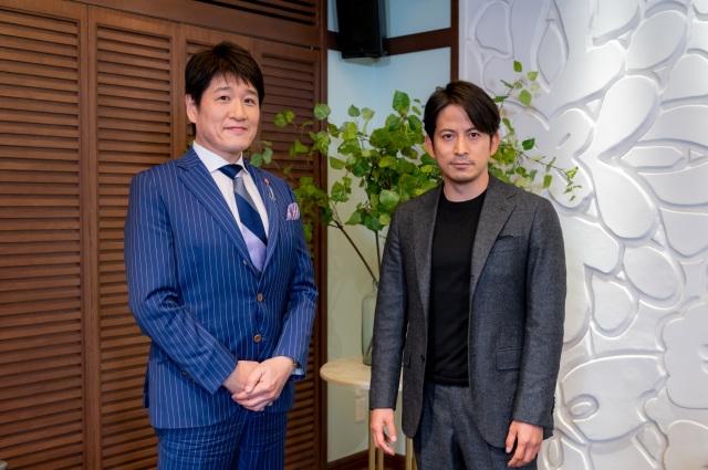 13日放送の『日曜日の初耳学』に出演する(左から)林修、岡田准一(C)MBSの画像