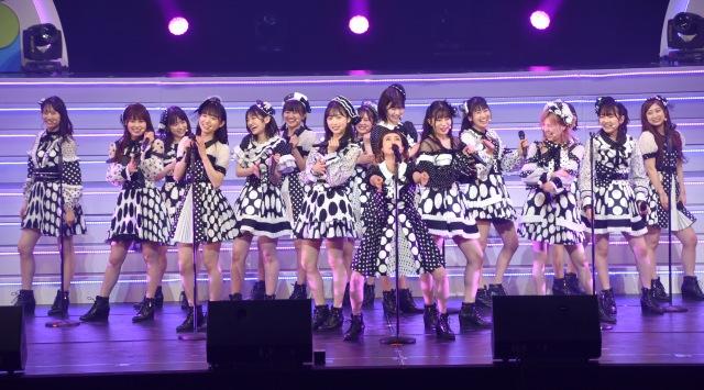 メンバーとともに「ヘビーローテション」を披露した久本雅美 (C)ORICON NewS inc.の画像