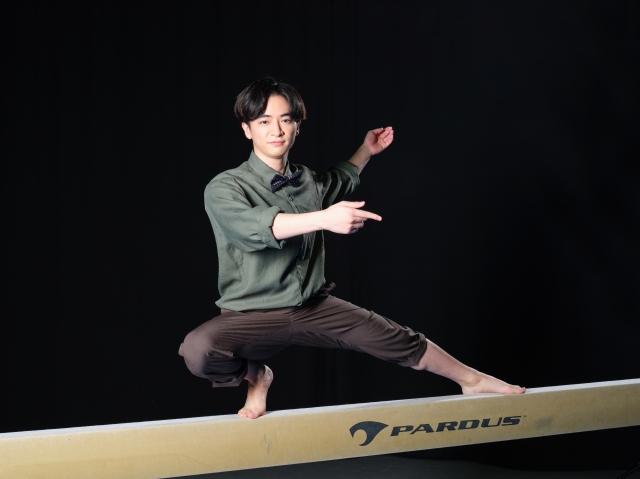平均台の上で華麗にポーズを取る知念侑李 (C)テレビ朝日の画像