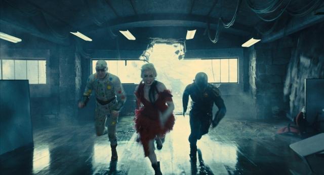 必死な形相で何かから逃げるハーレイたち=映画『ザ・スーサイド・スクワッド~』(8月13日公開)場面写真 (C)2021 WBEI TM & (C)DCの画像