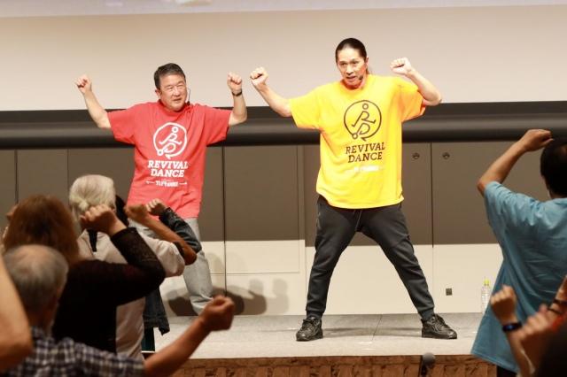 第10回日本認知症予防学会学術集会 市民公開講座「リバイバルダンス(Revival Dance)」ワークショップに参加した徳光和夫とTRFのSAMの画像