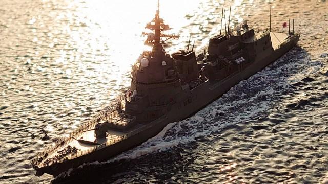 夕陽を背景に母港へ帰る『護衛艦あさひ』のジオラマ 作・画像提供/kazuno_107氏の画像