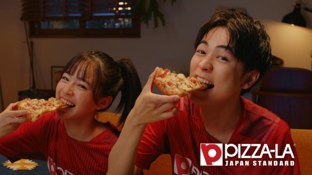 ピザーラ夏の新商品『エビマヨのよくばりクォーター』新CMに出演する(左から)足川結珠、成田凌の画像