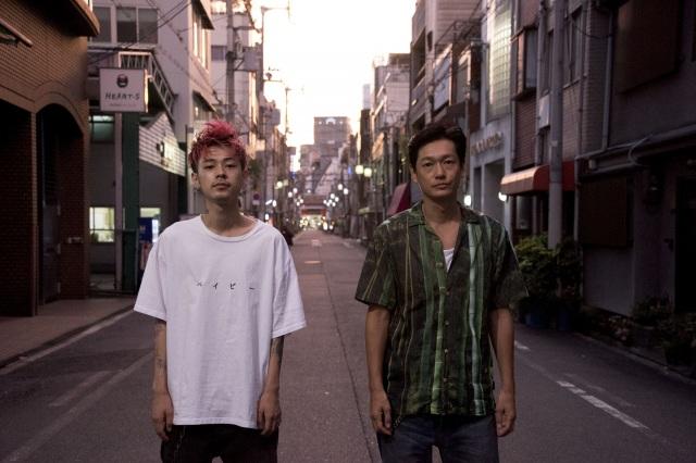 映画『ニワトリ☆フェニックス』(左から)成田凌、井浦新 (C)映画「ニワトリ☆フェニックス」製作委員会の画像