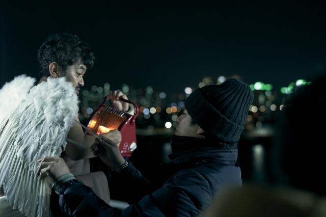 映画『アジアの天使』(公開中)に登場する天使を演じる芹澤興人と石井裕也監督 (C)2021 The Asian Angel Film Partnersの画像