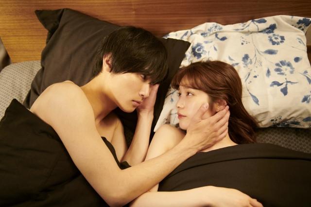 ドラマ『痴情の接吻』場面写真(左から)橋本良亮、中村ゆりか(C)ABCの画像