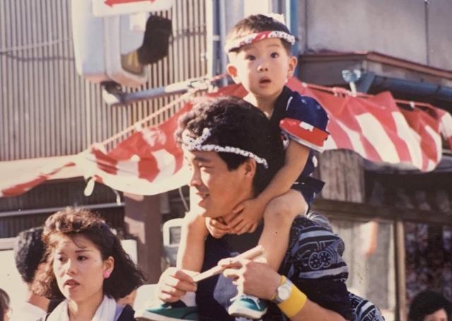 (左から)母、父に肩車された幼少期の足澤さん(本人提供)の画像