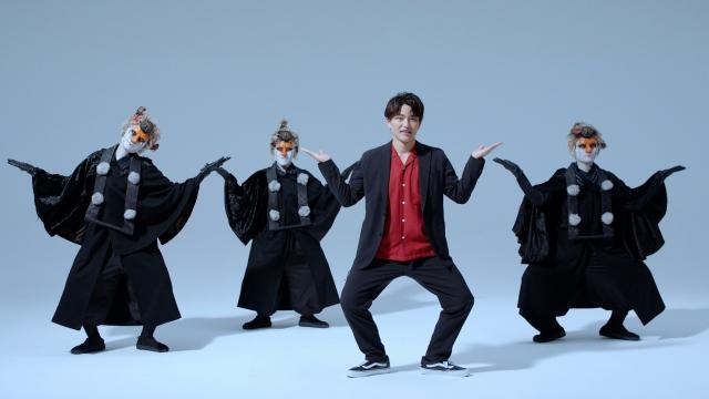 """映画『妖怪大戦争 ガーディアンズ』(8月13日公開)主題歌「ええじゃないか」(歌:いきものがかり)で""""妖怪ダンス""""を考案したDA PUMP・KENZO with 天狗ダンサーズの皆さんの画像"""