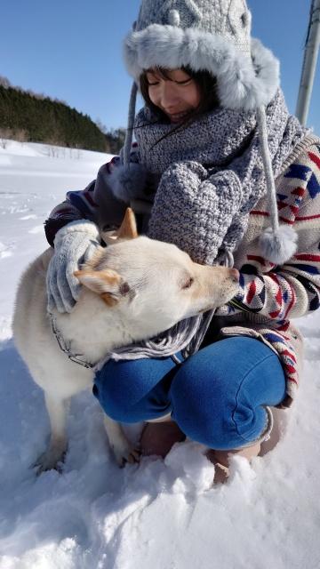 雪原のなかで笑顔を見せる櫻坂46・田村保乃(写真集公式ツイッターより)の画像