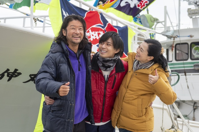 『おかえりモネ』より(左から)浅野忠信、永瀬廉、坂井真紀の家族シーン(C)NHKの画像