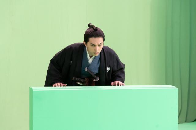 『青天を衝け』第22回放送よりVFX合成前のグリーンバックでの撮影風景(C)NHKの画像