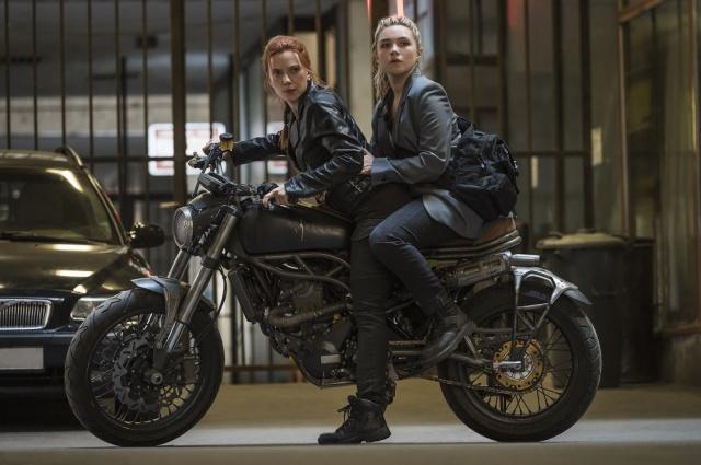 マーベル・スタジオ映画『ブラック・ウィドウ』(左から)姉のナターシャ(スカーレット・ヨハンソン)、妹のエレーナ(フローレンス・ピュー)(C)Marvel Studios 2021の画像