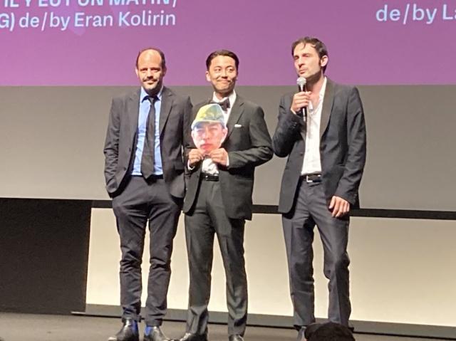 第74回カンヌ国際映画祭「ある視点」部門でのオープニング作品として世界初上映された映画『ONODA(原題)』アルチュール・アラリ監督(右)と出演俳優の森岡龍(中央)の画像