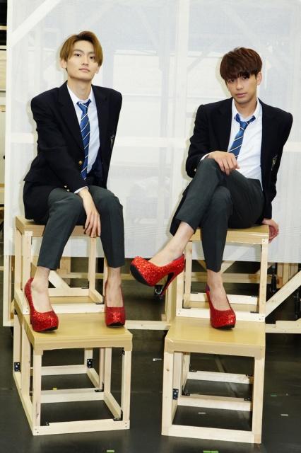 ミュージカル『ジェイミー』稽古場のぞき見会に参加した(左から)高橋颯、森崎ウィン 撮影:田中亜紀の画像