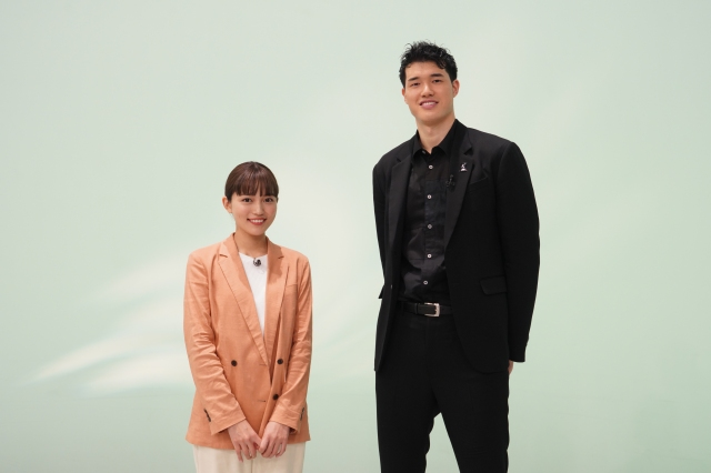 10日放送『Going!Sports&News』でスペシャル対談を行う(左から)川口春奈、渡邊雄太選手 (C)日本テレビの画像