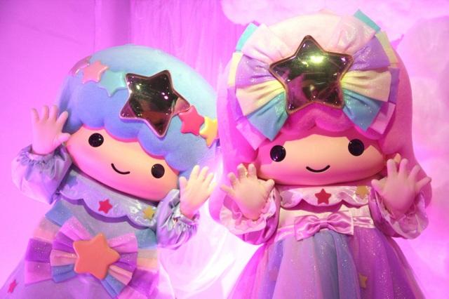 『LittleTwinStars 夏の夜のファンタジー meets キキ&ララ展』点灯式に登場したキキ&ララ (C)ORICON NewS inc.の画像