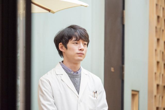 『おかえりモネ』で菅波先生を演じている坂口健太郎(C)NHKの画像