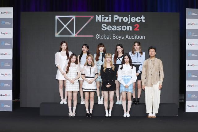 『Nizi Project』シーズン2始動にあたって韓国から中継で記者会見に臨んだJ.Y. Park氏とNiziUの画像