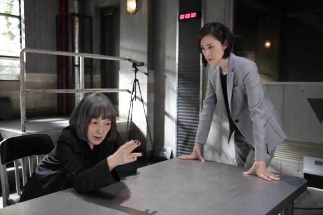 ドラマ『緊急取調室』第2話で取り調べシーンを演じる(左から)桃井かおり、天海祐希 (C)テレビ朝日の画像