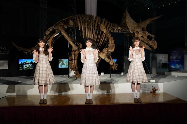 日本初上陸トリケラトプスの実物化石「レイン」の全身骨格を背に笑顔の日向坂46(左から)潮紗理菜、丹生明里、松田好花の画像