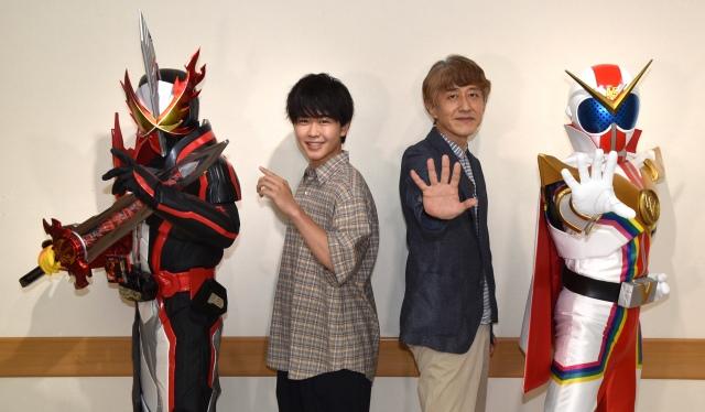 『スーパーヒーロー戦記』で特別インタビューに参加した(左から)鈴木福、白倉伸一郎P (C)ORICON NewS inc.の画像