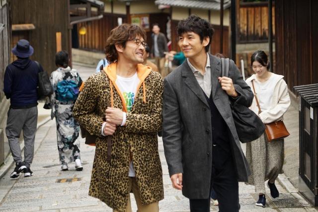 劇場版『きのう何食べた?』(11月3日公開)2人きりの京都旅行を楽しむシロさん(西島秀俊/右)とケンジ(内野聖陽/左)。八坂通りにて(C)2021 劇場版「きのう何食べた?」製作委員会の画像