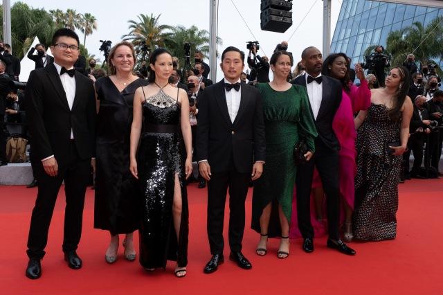 映画『ブルー・バイユー(原題)』ジャスティン・チョン(左から4人目)、リン・ダン・ファム(左から3人目)=「第74回カンヌ国際映画祭」レッドカーペットにての画像