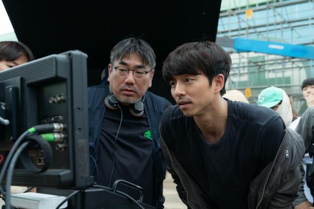 映画『SEOBOK/ソボク』(7月16日公開)モニタを確認するコン・ユ(右)(C)2020 CJ ENM CORPORATION, STUDIO101 ALL RIGHTS RESERVEDの画像