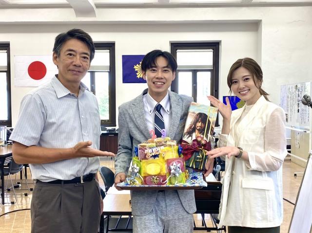 戸塚純貴(中央)の29歳の誕生日を祝福した生瀬勝久(左)と白石麻衣 (C)テレビ朝日の画像