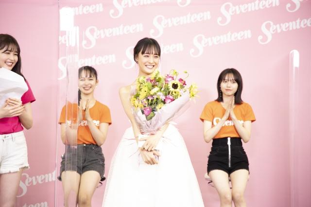 『第24回Seventeen夏の学園祭2021』で行われた大友花恋の卒業式の画像
