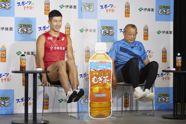 伊藤園 健康ミネラルむぎ茶『スポーツにも、むぎ茶!キャンペーン』発表会に出席した(左から)桐生祥秀選手、笑福亭鶴瓶の画像