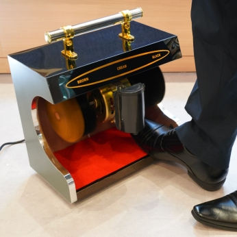 『センサー付き全自動革靴ポリッシャー「靴磨き職人」』の画像